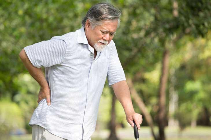 người cao tuổi đau lưng
