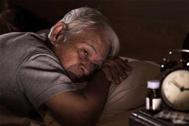 Người cao tuổi mất ngủ