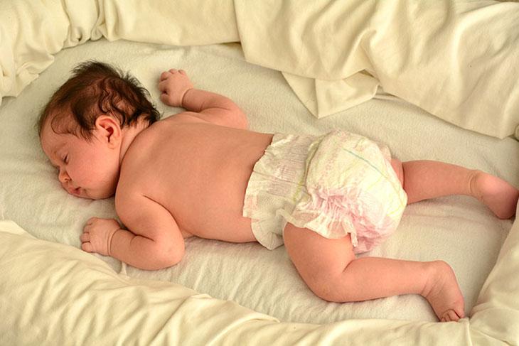 trẻ nằm sấp khi ngủ