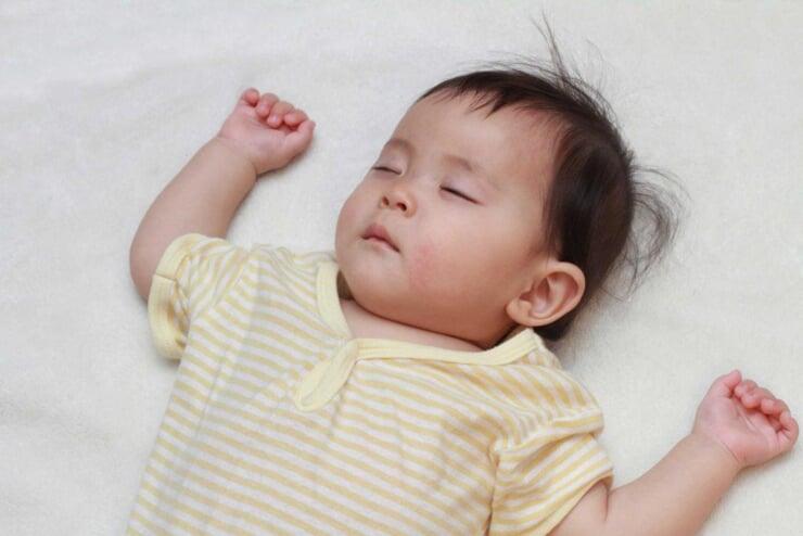 Cho trẻ mặc quần áo rộng rãi, thoải mái để tránh đổ nhiều mồ hôi