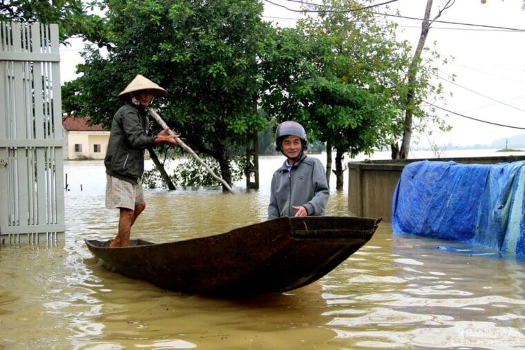 Người dân xã Châu Nhân phải dùng thuyền di chuyển vì nước lũ dâng cao