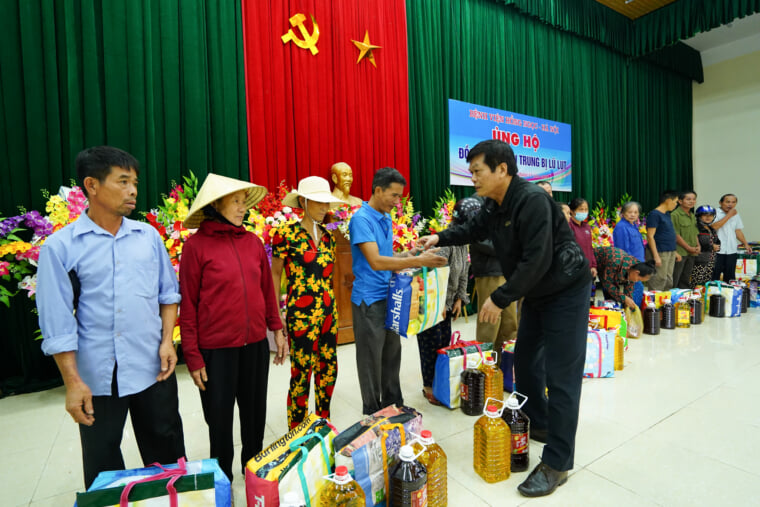 Dr. Tu Duc Sac – Deputy Director of Hong Ngoc General Hospital – giving gifts to locals