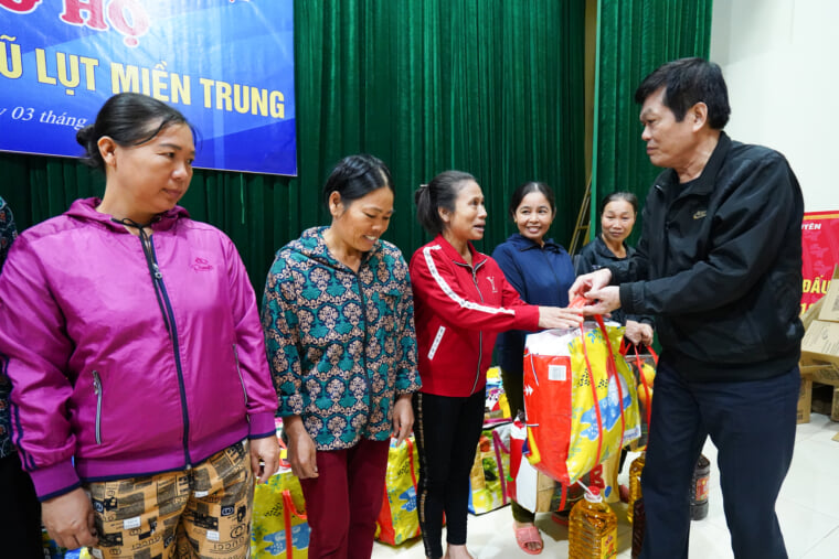 Each gift is a warm blessing of Hong Ngoc Hospital sent to people in the inundated area.