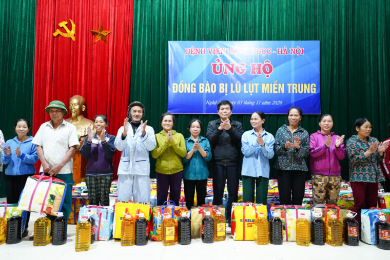 The smile on the faces of local while receiving gifts from Hong Ngoc Hospital