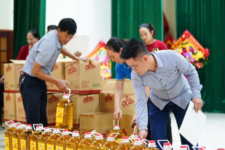 Đoàn từ thiện đang cuẩn bị quà để gửi tới người dân