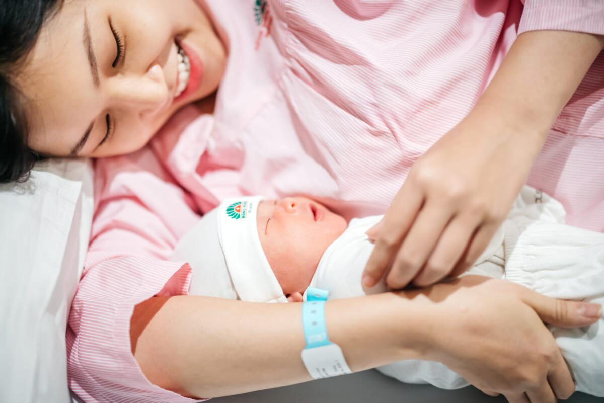 Cẩm nang nuôi con bằng sữa mẹ sẽ là món quà ý nghĩa và thiết thực mà Bệnh viện Hồng Ngọc gửi tặng các mẹ