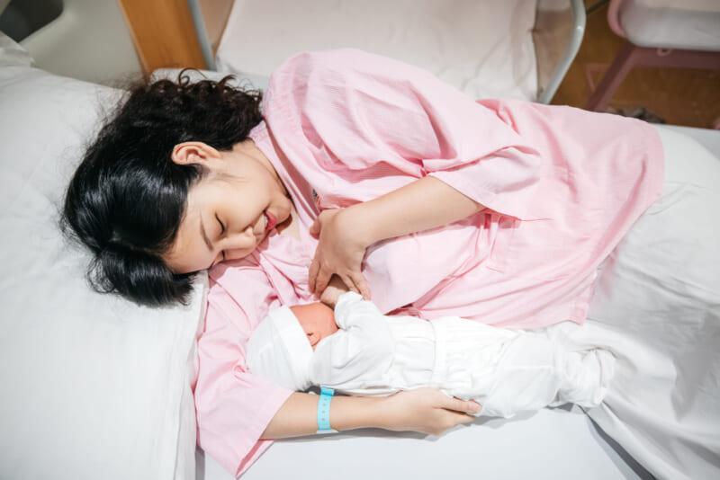 việc cho trẻ bú sớm cũng như duy trì thực hiện nuôi con bằng sữa mẹ sẽ tạo ra sợi dây tình cảm gắn kết giúp mẹ và bé gần gũi nhau hơn